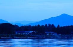 Река Khong и голубое небо перед восходом солнца Стоковое Фото