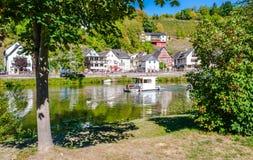 Река Lahn со шлюпкой дома стоковая фотография rf