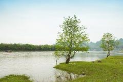 Река Lijiang с обеих сторон пастырского пейзажа Стоковые Фотографии RF