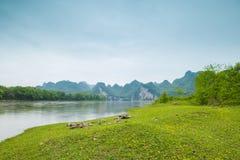 Река Lijiang с обеих сторон пастырского пейзажа Стоковое Фото