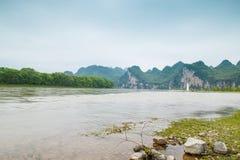 Река Lijiang с обеих сторон пастырского пейзажа Стоковые Изображения