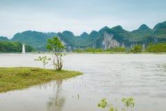 Река Lijiang с обеих сторон пастырского пейзажа Стоковая Фотография