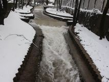 Река Luda Mara Petrich в январе река короткого видео покрытое снег и пропуская зимы сток-видео