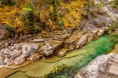 Река Maligne по мере того как оно пропускает через каньон Maligne Стоковые Изображения