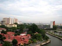 Река Melaka среди здания стоковое изображение rf