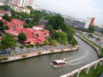 Река Melaka среди здания стоковые фото