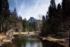 Река Merced и половинный национальный парк Калифорния Yosemite купола стоковое фото rf