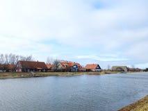 Река Minija и дома в деревне Minge, Литве Стоковая Фотография RF