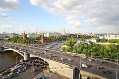 Река Moskva, автомобили на большом каменном мосте, красные башни Кремля Стоковое фото RF