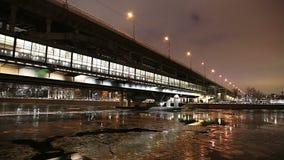Река Moskva, мост метро моста Luzhnetskaya на вечере зимы moscow Россия сток-видео