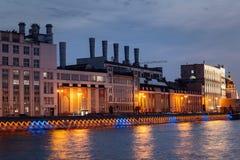 Река Moskva, обваловка в Москве ночью лета стоковые изображения rf