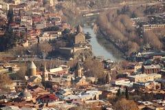 Река Mtkvari в Metekhi и старом Тбилиси, Georgia Стоковое Изображение