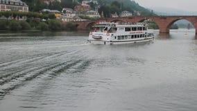 Река Neckar, идя корабль мотора, старый мост Alte Brucke Гейдельберг, земля Баден-Wrttemberg, река GermanyNeckar, идя мотор сток-видео