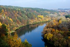 Река Neris в Вильнюсе, столице Литвы, Европы Стоковое фото RF