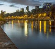 Река Neris на ноче Вильнюсе Стоковые Фотографии RF