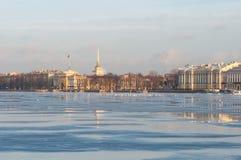 Река neva в утре стоковое изображение rf