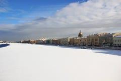 Река Neva покрыто с льдом и снегом святой России ресторана Паыля peter petersburg крепости летания голландца Стоковое Изображение