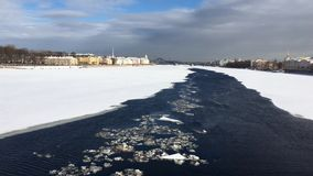 Река Neva покрыто с льдом и снегом акции видеоматериалы