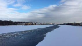 Река Neva покрыто с льдом и снегом видеоматериал