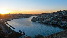 Река Oporto и Дуэро на заходе солнца стоковые фотографии rf