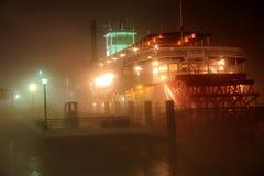 река paddleboat Миссиссипи тумана Стоковое Фото