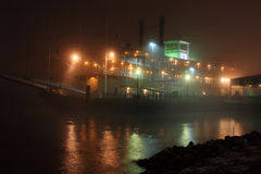 река paddleboat Миссиссипи тумана Стоковая Фотография RF