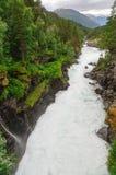 Река Rauma гористой местности быстрое пересекает скалистый берег реки Стоковое Фото