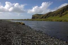 Река Skoga и вулканический пейзаж образования и outwash около водопада Skogafoss в Исландии Стоковое Изображение RF