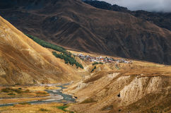 Река Terek против деревни в больших горах Кавказа, Georgia Стоковое фото RF