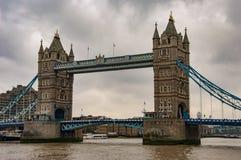 Река thames и мост башни с облачным небом стоковые фотографии rf
