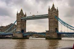 Река thames и мост башни и темные облака стоковое фото rf
