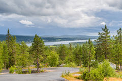 Река Tornionjoki граница между Финляндией и Швецией n Стоковое фото RF