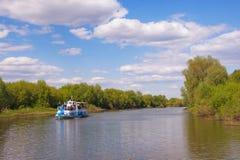 Река Trubezh с прогулочным катером в области Рязани центрально стоковая фотография rf