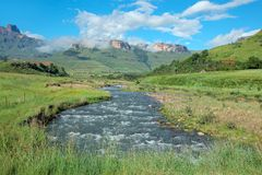 Река Tugela и горы, Южно-Африканская РеспублЍ стоковая фотография rf