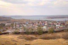 Река Ural под углом зрения на левом береге реки в городе Магнитогорск, России стоковое изображение