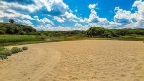 Река Veleka перед своим слиянием в Чёрное море, с частью пляжа Болгария, город Sinemorets Стоковые Изображения RF