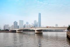 Река Zhujiang и самомоднейшее здание стоковые фото
