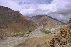 Реки сливая в пустыне горы большой возвышенности долины Spiti в Гималаях Стоковое Изображение