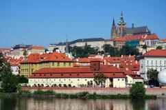 реки prague замока городок hradcany старого сценарный стоковые изображения