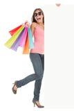 реклама кладет покупку в мешки показывая женщину знака стоковые фотографии rf