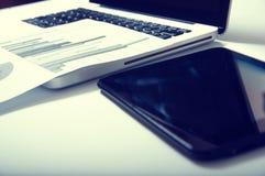 Рекламировать коммерчески концепцию маркетинга цифров продвижения Улучшать статистик Стоковые Фотографии RF