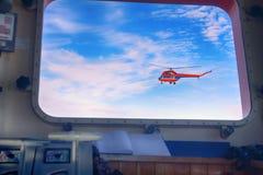 Рекогносцировка льда вертолета в окне атомного ледокола стоковая фотография rf