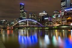 рекой Yarra в Мельбурне на ноче Стоковое Фото
