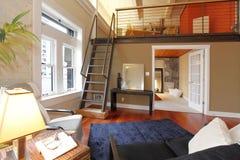 Реконструированная современная живущая комната с мезонином Стоковая Фотография