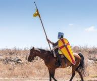 Реконструкция рожков сражения Hattin в 1187 Установленный крестоносец ратника идет к полю брани стоковые фото