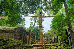 Реконструкция старой архитектуры кхмера в джунглях Стоковое фото RF