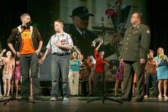 Рекруты молодых человеков и ветеран войск офицера Стоковые Фото