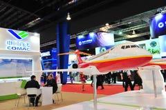 Реклама Воздушных судн Корпорации будочки Китая (COMAC) showcasing двойной двигатель ARJ21 на Сингапуре Airshow Стоковое Изображение RF