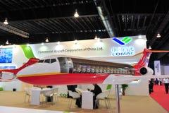 Реклама Воздушных судн Корпорации будочки Китая (COMAC) showcasing двойной двигатель ARJ21 на Сингапуре Airshow Стоковая Фотография RF