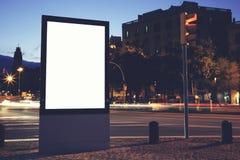 Рекламировать насмешливое поднимающее вверх знамя в столичном городе Стоковые Изображения RF